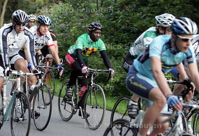 De Oegandese wielrenner Yusufu MBAZIIRA op de racefiets bij de Haagse wielerclub Trias - DEN HAAG 9 SEPTEMBER 2010 - FOTO NICO SCHOUTEN