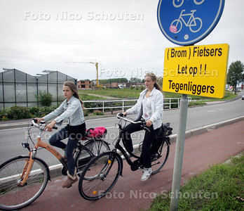 Fietsers op het smalle fietspad van de Arckelweg - POELDIJK 3 SEPTEMBER 2010 - FOTO NICO SCHOUTEN