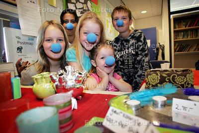 Kinderen van obs Het Groene Hart verkopen  spullen voor het goede doel (de blauweneuzenparade) - ZOETERMEER 22 SEPTEMBER 2010 - FOTO NICO SCHOUTEN