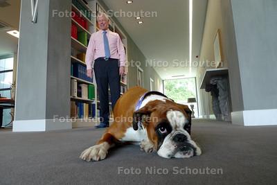 Bas Martens neemt al jaren zijn hond mee naar zijn kantoor - DEN HAAG 29 SEPTEMBER 2010 - FOTO NICO SCHOUTEN