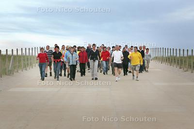 Wandeltraining. De groep op weg naar het strand - MONSTER 6 SEPTEMBER 2010 - FOTO NICO SCHOUTEN