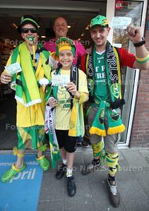 Uitgedoste ado-fans komen voor kaartje bij PRIMERA Roy van den Hoogen (achter) op de Theresiastraat - DEN HAAG 23 APRIL 2011 - FOTO NICO SCHOUTEN - cultuur - sport