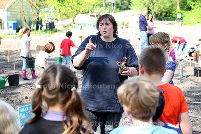 Jeannette Goudzwaard in de wijktuin - ZOETERMEER 20 APRIL 2011 - FOTO NICO SCHOUTEN - cultuur - kinderen