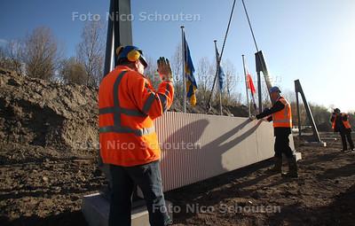 Plaatsing eerste geluidscherm langs A12 - ZOETERMEER 7 APRIL 2011 - FOTO NICO SCHOUTEN