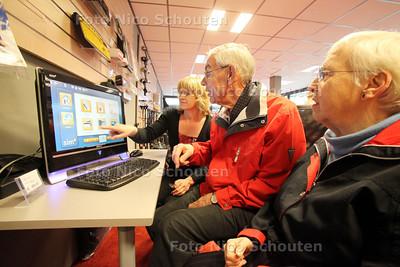 inloopdag voor informatie over seniorencomputers. Adviseurs van SimPC zijn bij Ouderenwinkel.nl Zoetermeer inwinkelcentrum Buytenwegh aanwezig om vragen te beantwoorden - ZOETEREMEER 1 APRIL 2011 - FOTO NICO SCHOUTEN - ouderen