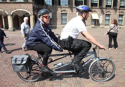 Bertus Groot is blind en op zoek naar mensen die hem willen begeleiden met fietsen. De politie heeft een fietsdagje georganiseerd voor hem - DEN HAAG 18 APRIL 2011 - FOTO NICO SCHOUTEN - cultuur