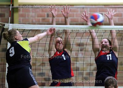 Volleybal: Zovoc-Florie/NVC. Maaike Sonneville (1) en Rara van Zijl waren sterk in het blok - ZOETERMEER 2 APRIL 2011 - FOTO NICO SCHOUTEN - sport