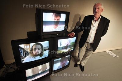 Peter Voorbraak, directeur van het stadstheater zoetermeer op het podium van theatervoorstelling met jong talent - ZOETERMEER 13 APRIL 2011 - FOTO NICO SCHOUTEN - portret - cultuur