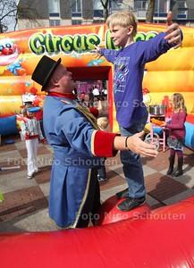 Stadshart 25 jaar. Op het promenadeplein konden kinderen meedoen aan een workshop van Circus Nino - ZOETERMEER 2 APRIL 2011 - FOTO NICO SCHOUTEN - cultuur