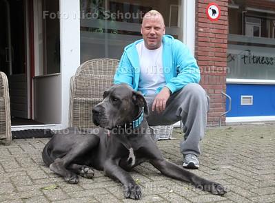 Roberto van Steenbergen (van Fitnes Unique) met hond Bodhi voor de Buurthond van het Jaar verkiezing - DEN HAAG 1 APRIL 2011 - FOTO NICO SCHOUTEN - portret