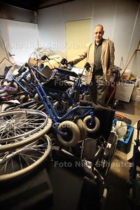 Meneer Achahboum van stichting Al Amal in de overvolle opslagruimte voor hulpgoederen voor Libie. Steadion heeft een grotere ruimte aangeboden - DEN HAAG 5 PARIL 2011 - FOTO NICO SCHOUTEN - algemeen
