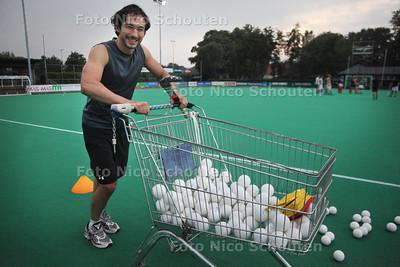 HGC speler Eric Jan Iding die geblesseerd is teruggekeerd van Madrid - WASSENAAR 2AUGUSTUS 2011 - FOTO NICO SCHOUTEN