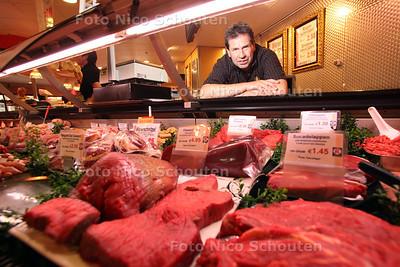 """Keurslager Hans Reas in zijn slagerij (verhaal over biologisch vlees) - ZOETERMEER 2 AUGUSTUS 2011 - FOTO NICO SCHOUTEN  Keurslager Reas in Winkelcentrum Rokkeveen haalt zijn rund- en kalfsvlees bij een diervriendelijke boerderij in de Meerpolder. 'Ik wil klanten in de ogen kijken wanneer ik vertel waar het vlees vandaan komt,' vertelt Hans Reas. Het kalfs- en rundvlees wat bij slagerij Reas in de vitrine ligt, komt van boerderij Groene Hart Rund in de Meerpolder. Veeboer Sjoerd Witteman maakt hier volwassen dikbilkoeien en kalfjes rijp voor de slacht. Slager Reas komt wekelijks op de boerderij van Witteman langs.  ,,Ik zie hier kalfjes geboren worden, ik weet dat zij in goede en rustige leefomstandigheden opgroeien en wat de runderen te eten krijgen. Wij weten bij ons in de slagerij daarom precies wat we later op ons blok hebben liggen."""" Volgens Reas leveren dieren die vriendelijk worden behandeld een beter product. ,,Hoe beter de verzorging, hoe lekkerder het vlees. Een rund dat het niet naar de zin heeft, groeit niet en heeft geen mals vlees.""""  ,,Wanneer je verse producten in je  toonbank hebt, straalt dat dus iets uit,"""" stelt de slager. ,,Wij kunnen dan op de klanten overbrengen dat wij eerlijke stukken vlees verkopen. En wij hopen dan dat we daarmee het verhaal over het wat, hoe en waar van de dieren aan de klant kunnen meegeven. Zoals de slager vertrouwen moet hebben in de werkwijze van de boer, geldt hetzelfde voor de slager en de klant.""""  Niet alleen de slager is bezig met  de leefomstandigheden van de runderen, maar de herkomst van de dieren is ook van steeds groter belang voor de consumenten. Reas: ,,Mensen willen zelf ook steeds vaker weten waar de dieren vandaan komen. En dat kunnen ze op de verpakkingen in de supermarkt vaak niet terugvinden.""""  Volgens Reas is het beroep van slager een manier van leven. ,,Je moet met alles wat met het vlees te maken heeft bezig zijn. Als slager moet je de verkoop van vlees niet als werk gaan zien, maar juist een passie """