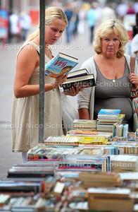 Boekenmarkt op de dorpsstraat - ZOETERMEER 6 AUGUSTUS 2011 - FOTO NICO SCHOUTEN