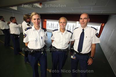 Politiechef Peter van Leeuwen en wijkagenten Pauline Valkenburg en Laura van Kregen (vlnr) die overvallers hebben gepakt - DEN HAAG 10 AUGUSTUS 2011 - FOTO NICO SCHOUTEN