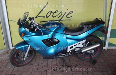 Fout geparkeerde motorfiets bij het Centraal Station - DEN HAAG 12 AUGUSTUS 2011 - FOTO NICO SCHOUTEN