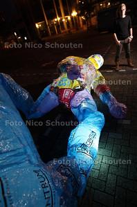 Kunstenaar Robert Roelink blaast vanavond zijn opblaasbare man op op de Markt - ZOETERMEER 10 AUGUSTUS 2011 - FOTO NICO SCHOUTEN