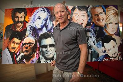 Kunstschilder eric dordregter bij zijn grote schilderij met Hagenaars en edelstenen - DEN HAAG 5 AUGUSTUS 2011 - FOTO NICO SCHOUTEN