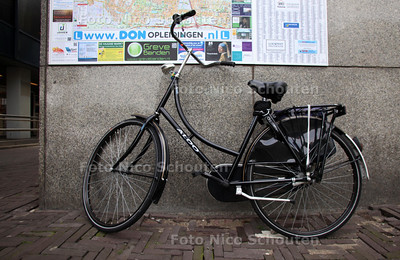 Fout geparkeerde fietsen bij het Centraal Station - DEN HAAG 12 AUGUSTUS 2011 - FOTO NICO SCHOUTEN