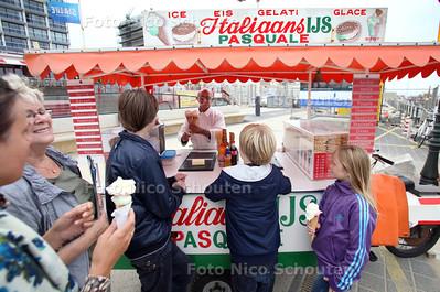 Ijscoboer Pasquale Ronza, na 39 jaar met zijn ijscokar op de Scheveningse boulevard te hebben gestaan binnenkort stopt, omdat er op de nieuwe boulevard geen losse karren meer mogen staan en een vaste stand ziet hij niet zitten, dat is een te grote investering - DEN HAAG 10 AUGUSTUS 2011 - FOTO NICO SCHOUTEN