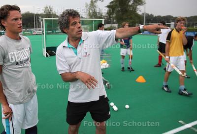 HGC coach Alex Verga tijdens de eerste training - WASSENAAR 2 AUGUSTUS 2011 - FOTO NICO SCHOUTEN