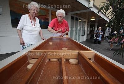 Oudhollandse spelletje in het atrium van wooncomplex Gondelkade - ZOETERMEER 5 AUGUSTUS 2011 - FOTO NICO SCHOUTEN