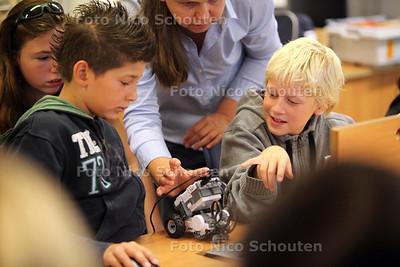 Zomerschool in Zoetermeer. Kinderen programeren robots - ZOETERMEER 10 AUGUSTUS 2011 - FOTO NICO SCHOUTEN