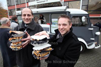 Gratis wafels in de Plaspoelpolder - Medewerkers van Multiservice Tolls nemen voor het hele salesteam wafels mee - RIJSWIJK 19 DECEMBER 2011 - FOTO NICO SCHOUTEN