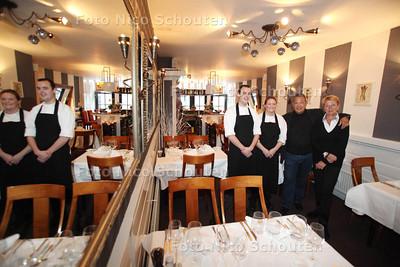 Eigenaren (Rita en Bard Kiepe) van restaurant Le Barquichon stoppen er na 28 jaar mee, ze hebben twee jonge opvolgers gevonden Ellen Kuijs en Michiel Tijsen (l) - VOORBURG 16 DECEMBER 2011 - FOTO NICO SCHOUTEN