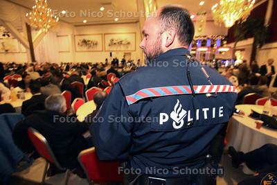 In zalencentrum Opera zijn meer dan 200 zogenoemde rolmodellen (vrijwilligers ) bijeen om toegesproken te worden door de politie omdat ze met oud en nieuw de straat op gaan om een oogje in het zeil te houden - DEN HAAG 20 DECEMBER 2011 - FOTO NICO SCHOUTEN