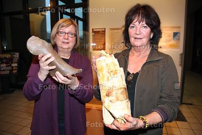 fossielen uit de oudheid gevonden op de Zandmotor - Jacqueline Waasdorp (l) met bot van een mammoet, Vic Viveen met een stuk van een mammoet slagtand - DEN HAAG 19 DECEMBER 2011 - FOTO NICO SCHOUTEN