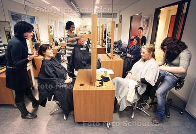 Op ID College knippen kappers voor Serious Request - ZOETERMEER 21 DECEMBER 2011 - FOTO NICO SCHOUTEN