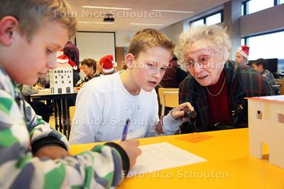 Opa's en oma's speeddaten met kleinkinderen en praten over hun middelbare schooltijd. Op het Ypenburg Lyceum - Rogier (l) en Marnix speeddaten met de 100 jarige Mevr. van de Vlist - DEN HAAG 22 DECEMBER 2011 - FOTO NICO SCHOUTEN