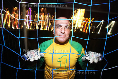 Hamid Kaisar, de 53-jarige (!) doelman van BMT - DEN HAAG 14 DECEMBER 2011 - FOTO NICO SCHOUTEN