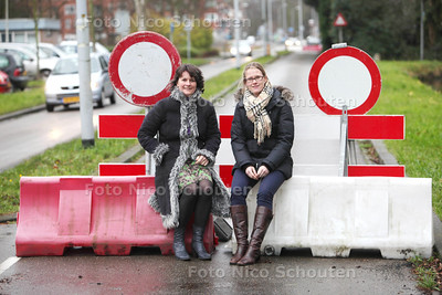Nynke Steenbergen (r) en Pauline Le Rutte (die burgerinitiatief startten) om een al vijf jaar afgesloten Oude Trambaan eindelijk weer eens open te krijgen - LEIDSCHENDAM 15 DECEMBER 2011 - FOTO NICO SCHOUTEN