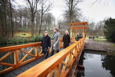 Opening gereconstrueerde brug op Landgoed Clingendael. Links Joost Gieskes - DEN HAAG 21 DECEMBER 2011 - FOTO NICO SCHOUTEN