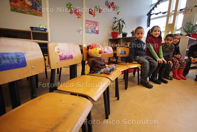 Lege stoeltjes in de klas op de Erasmusschool wegens griepgolf - DEN HAAG 7 JANUARI 2011 - FOTO NICO SCHOUTEN