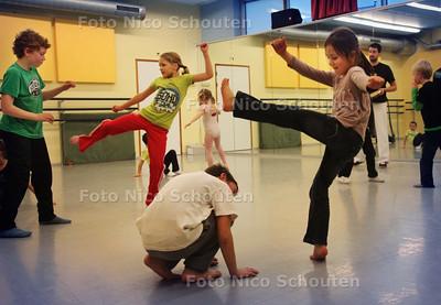 CKC Kindermiddag; Kinderen van 4 tot 12 jaar - Capoeira (vechtdans) met docent Joost Snel - ZOETERMEER 12 JANUARI 2011 - FOTO NICO SCHOUTEN