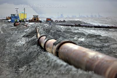 Problemen bij opspuiten strand bij Kijkduin - DEN HAAG 3 JANUARI 2011 - FOTO NICO SCHOUTEN