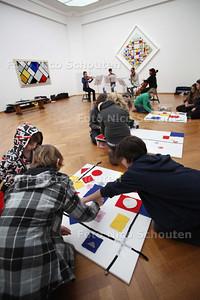 Speciale museumles (leerlingen Montessori), met musici die muziek maken bij  kunstwerken in het Gemeente Museum - DEN HAAG 10 JANUARI 2011 - NICO SCHOUTEN