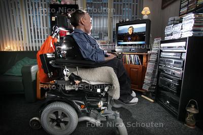 René is zwaar lichamelijk gehandicapt. Hij kan de deur niet meer uit nu zijn rolstoelbus in de fik is gestoken met oud en nieuw - DEN HAAG 5 JANUARI 2011 - FOTO NICO SCHOUTEN