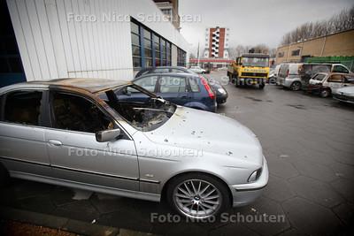 Autowrakken oud en nieuw op Bureau Zichtenburg - DEN HAAG 3JANUARI 2011 - FOTO NICO SCHOUTEN