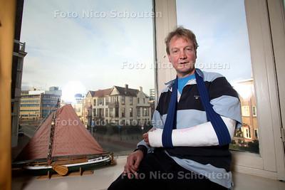 Erik Sanders is gewond geraakt door een vuurwerkbom in een prullenbak - DEN HAAG 3 JANUARI 2011 - FOTO NICO SCHOUTEN