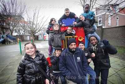 Blije kinderen met beheerder Andy Ploeg van speeltuin Schapenlaan die in functie mag blijven na interventie van burgemeester - DEN HAAG 31 JANUARI 2011 - FOTO NICO SCHOUTEN