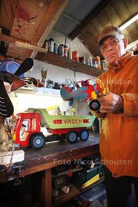 Houtbewerker Kees Korving staat dit weekeinde op de hobbybeurs in Benthuizen - BENTHUIZEN 9 FEBRUARI 2011 - FOTO NICO SCHOUTEN