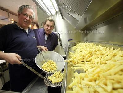 Nico's snackbar heeft volgens de Consumentenbond de gezondste patat van Nederland - Paul (l) en Martin Gillisse aan de frituur - DEN HAAG 10 FEBRUARI 2011 - FOTO NICO SCHOUTEN