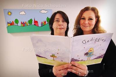 """Debby van den Bergh (r) (tekst) en Miranda Mellegers(tekeningen) hebben samen boekje """"Gediggies"""" gemaakt. Voor kinderen van collega die leukemie hebben. Boekje is voor goede doel - RIJSWIJK 8 FEBRUARI 2011 - FOTO NICO SCHOUTEN"""