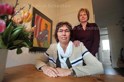 Joke Luitwieler (l) die al jaren op wachtlijst staat voor een nier met vriendin Monique - 15 FEBRUARI 2011 - FOTO NICO SCHOUTEN