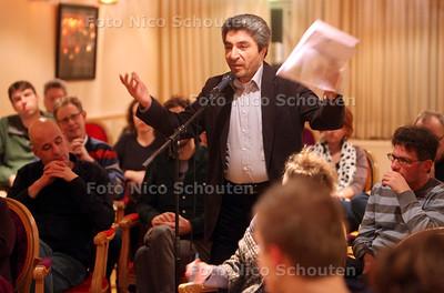 De leden van GroenLinks in Den Haag praten vanavond over deelname van hun partij aan de politiemissie in Kunduz - Ali (Maarten Brakema weet achternaam) stelt vragen - DEN HAAG 3 FEBRUARI 2011 - FOTO NICO SCHOUTEN