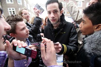 Politie Haaglanden lanceert een website voor jongeren op het Christelijk College de Populier. Jeugd debatteert over liefde en veiligheid - Vooraf deelt Valerio Zeno handtekeningen uit aan de massal opdringende schooljeugd - DEN HAAG 14 FEBRUARI 2011 - FOTO NICO SCHOUTEN